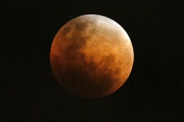 CH501. VALPARAÍSO (CHILE), 27/09/2015.- Fotografía de un eclipse total luna durante el fenómeno natural de la Superluna hoy, domingo 27 de septiembre de 2015, desde la ciudad de Valparaíso (Chile). EFE/Andres Piña/Aton Chile